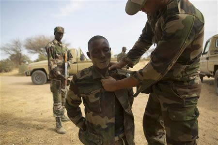 Nigerien soldiers practice apprehending a suspect during Flintlock 2014, a U.S.-led international training mission for African militaries, in Diffa, March 5, 2014. REUTERS/Joe Penney
