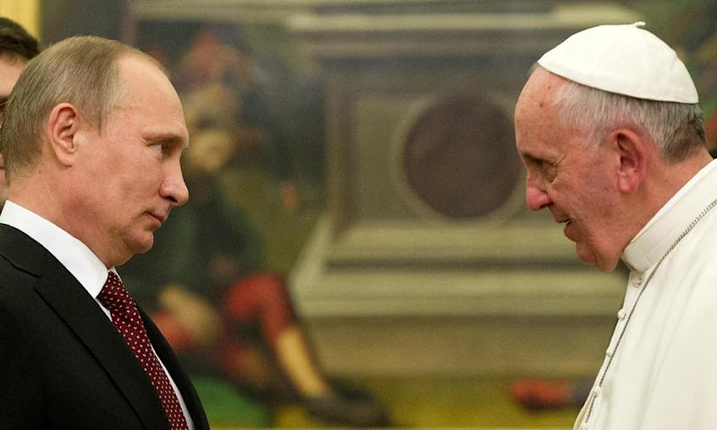 Pope Francis meets with Russian President Vladimir Putin during a private audience at the Vatican, on November 25, 2013 (AFP Photo/Claudio Peri)