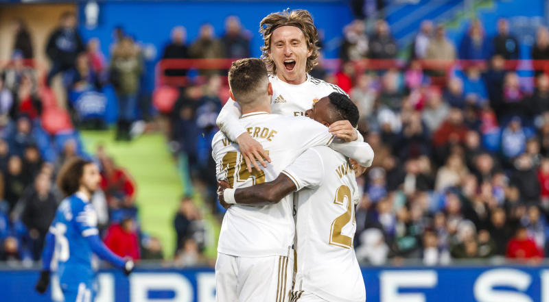 GETFAE, SPAIN- JANUARY 04: (BILD ZEITUNG OUT) Luka Modric of Real Madrid celebrates his goal with team mates during the Liga match between Getafe CF and Real Madrid CF at Coliseum Alfonso Perez on January 4, 2020 in Getafe, Spain. (Photo by TF-Images/Getty Images)