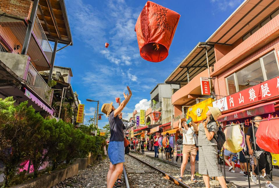 <p>平溪放天燈也是最受歡迎活動之一。|Releasing sky lanterns is one of the most popular activities in Taiwan. (Shutterstock)</p>