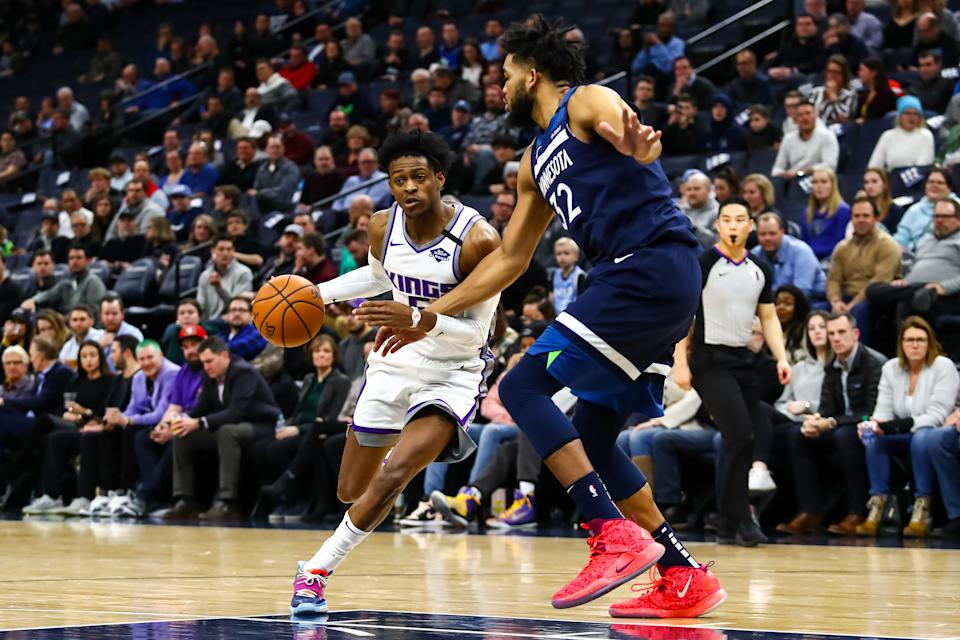 MINNEAPOLIS, MN - JANUARY 27: De'Aaron Fox #5 of the Sacramento Kings drives to the basket against Karl-Anthony Towns #32 of the Minnesota Timberwolves in the second quarter of the game at Target Center on January 27, 2020 in Minneapolis, Minnesota. The Kings defeated the Timberwolves 133-129 in overtime. NOTE TO USER: User expressly acknowledges and agrees that, by downloading and or using this Photograph, user is consenting to the terms and conditions of the Getty Images License Agreement. (Photo by David Berding/Getty Images)