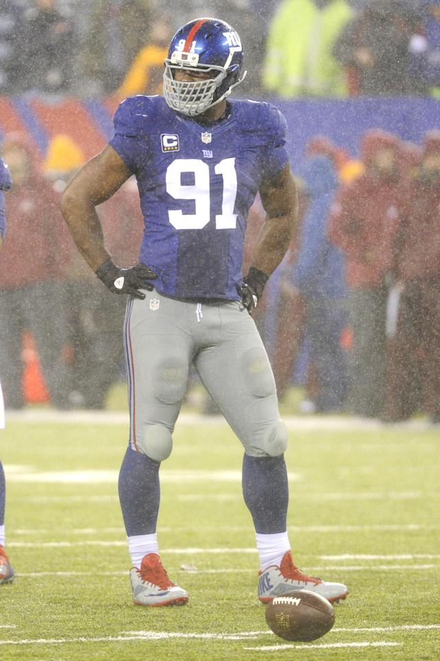 New York Giants' Justin Tuck waits for play to begin during the second half of an NFL football game against the Washington Redskins Sunday, Dec. 29, 2013, in East Rutherford, N.J. The Giants won the game 20-6. (AP Photo/Bill Kostroun)