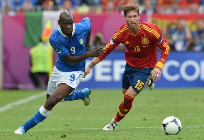 TOPSHOTS Italian forward Mario Balotelli (L) vies with Spanish defender Sergio Ramos during the Euro 2012 championships football match Spain vs Italy on June 10, 2012 at the Gdansk Arena.     AFPPHOTO/ GIUSEPPE CACACEGIUSEPPE CACACE/AFP/GettyImages