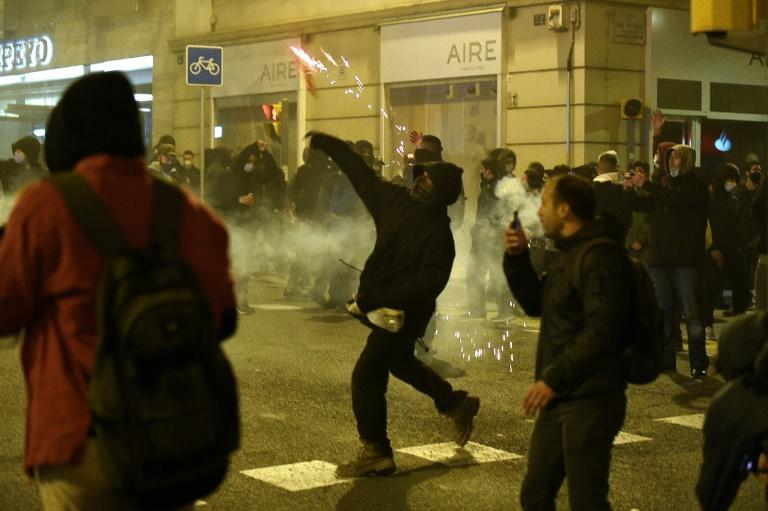 In Barcelona bewarfen Demonstranten die Polizisten