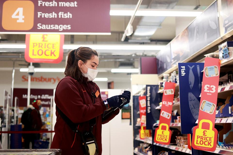 A member of staff wearing a face mask works at a Sainsbury's supermarket, amid the spread of the coronavirus disease (COVID-19), in London, Britain January 11, 2021. REUTERS/Hannah McKay
