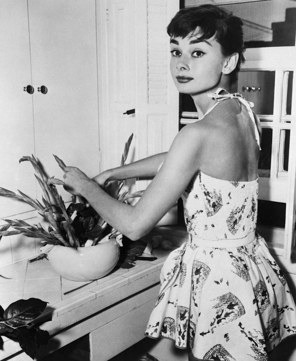 <p>The <em>Breakfast at Tiffany's </em>star shows off her green thumb as she repots a house plant in her New York apartment. </p>