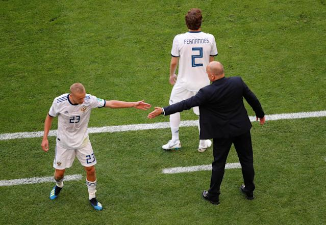 Soccer Football - World Cup - Group A - Uruguay vs Russia - Samara Arena, Samara, Russia - June 25, 2018 Russia's Igor Smolnikov with Russia coach Stanislav Cherchesov after being shown a second yellow and subsequent red card by referee Malang Diedhiou REUTERS/David Gray