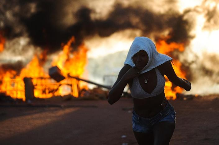 Women relatives of inmates torched barricades as they protested against the transfer of some 200 prisoners from the Alcacuz Penitentiary Center to other prisons in Rio Grande do Norte (AFP Photo/ANDRESSA ANHOLETE)