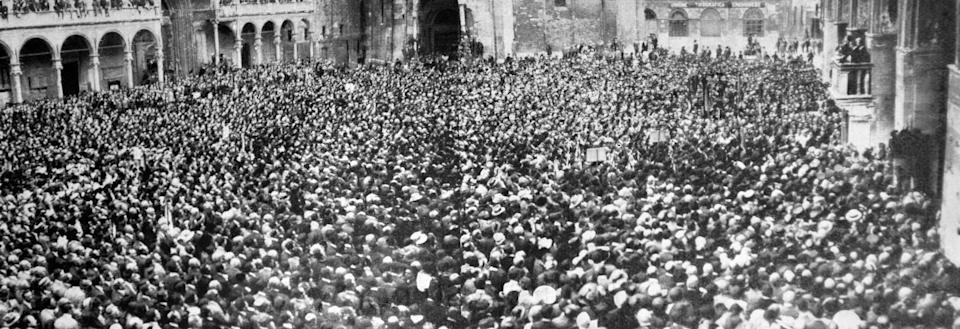 Rome, 1928 - Mussolini speaks to those gathered in Piazza Venezia (Photo: World History Archive / AGF)