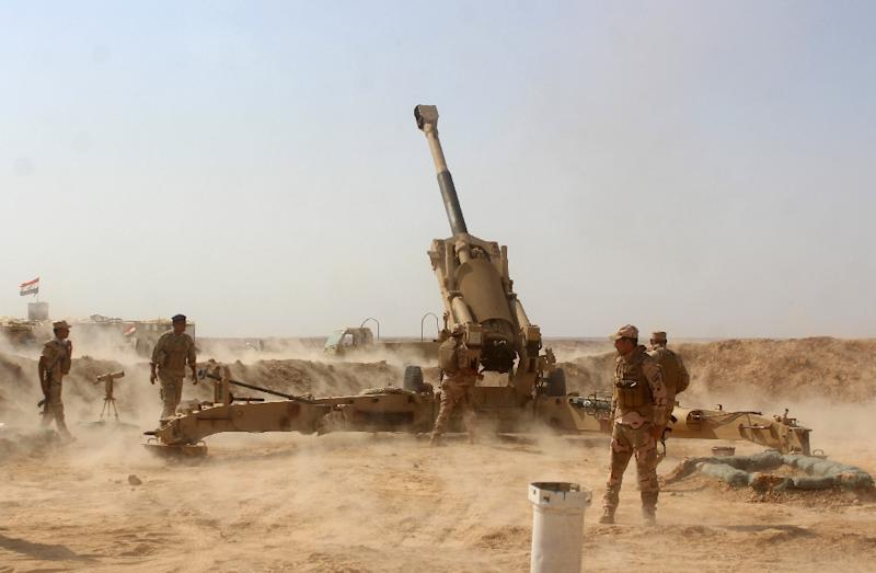 Iraqi forces position themselves in Al-Sagra near the Syria border as they ready to launch an assault to push out Islamic State group jihadists from the western desert towns of Anna and Rawa on September 12, 2017 (AFP Photo/MOADH AL-DULAIMI)