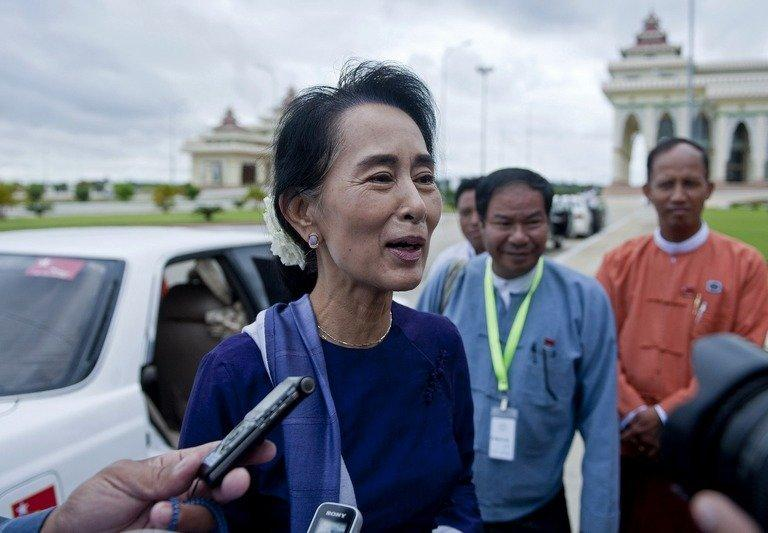 Myanmar opposition leader Aung San Suu Kyi answers questions prior to a parliament session in Naypyidaw, August 16, 2013. Democracy champion Aung San Suu Kyi and the Dalai Lama will attend a human rights forum in Prague next month, its spokesman said