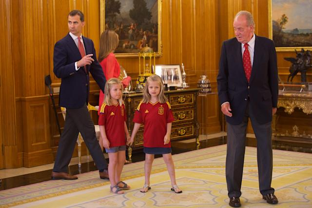 MADRID, SPAIN - JULY 02: (L-R) Prince Felipe of Spain, Princess Letizia of Spain, Princess Sofia of Spain and Princess Leonor of Spain and King Juan Carlos of Spain walk out to receive members of Spain's victorious UEFA EURO 2012 football squad at Zarzuela Palace on July 2, 2012 in Madrid, Spain. (Photo by Pool/Getty Images)