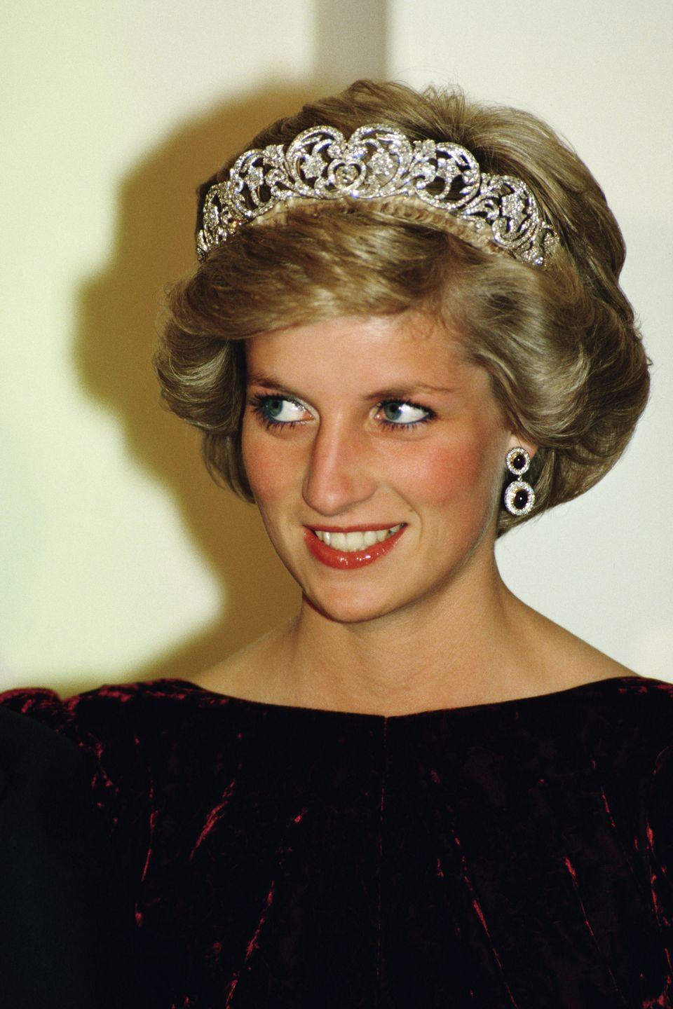 """<p>To get Princess Diana's natural-looking glow, you'll need a big brush. Greenwell <a href=""""http://www.dailymail.co.uk/femail/article-4243454/Diana-s-make-artist-Mary-Greenwell-recreates-look.html"""" rel=""""nofollow noopener"""" target=""""_blank"""" data-ylk=""""slk:advises"""" class=""""link rapid-noclick-resp"""">advises</a> first sweeping a <span class=""""redactor-unlink"""">highlighter</span> on the cheekbones with a contour colour underneath. Then apply blush on the apples of the cheeks and the <span class=""""redactor-unlink"""">bronzer</span> along the outside of your near your ears and hairline.</p>"""