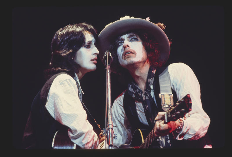Joan Baez and Bob Dylan take the stage in 'Rolling Thunder Revue' (Photo: Netflix)