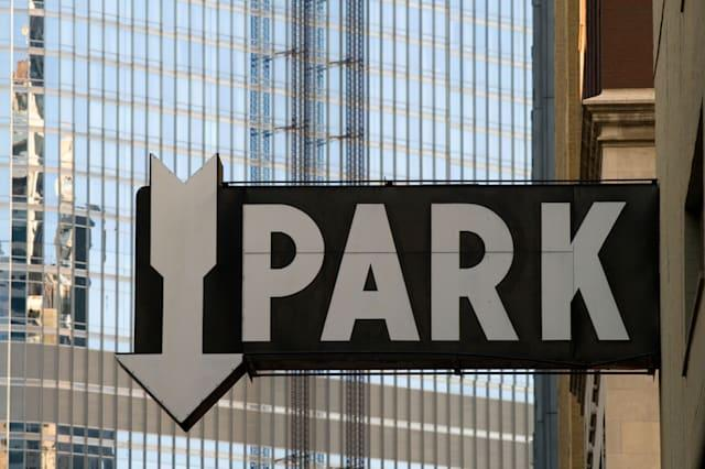 B49P96 Park sign showing arrow with building in background. Image shot 09/2008. Park; Sign; Arrow; City; Downtown; Parking; Chic