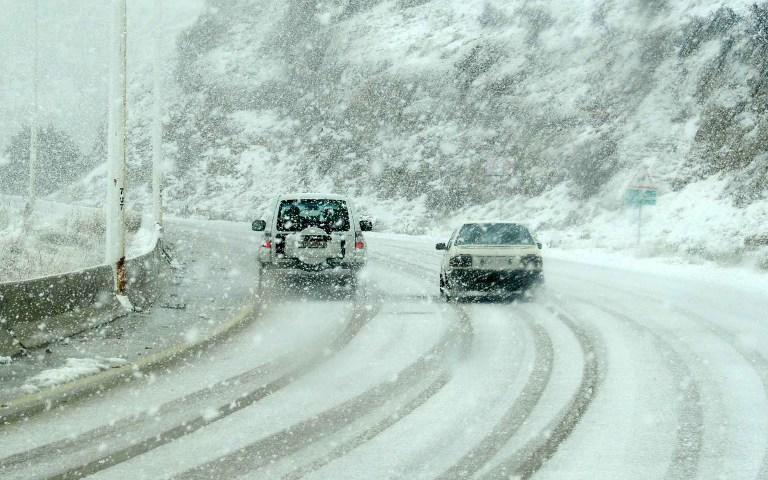 A handout picture released by the official Syrian Arab News Agency (SANA) shows cars driving in the snow on the outskirts of Damascus on January 8, 2013.   AFP PHOTO/ SANA