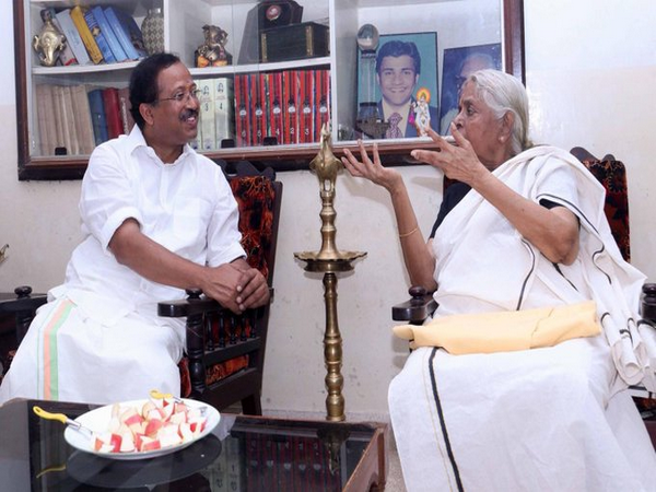 V Muraleedharan, Minister of State for External Affairs and activist Sugathakumari (Photo Credit: Muraleedharan Twitter)