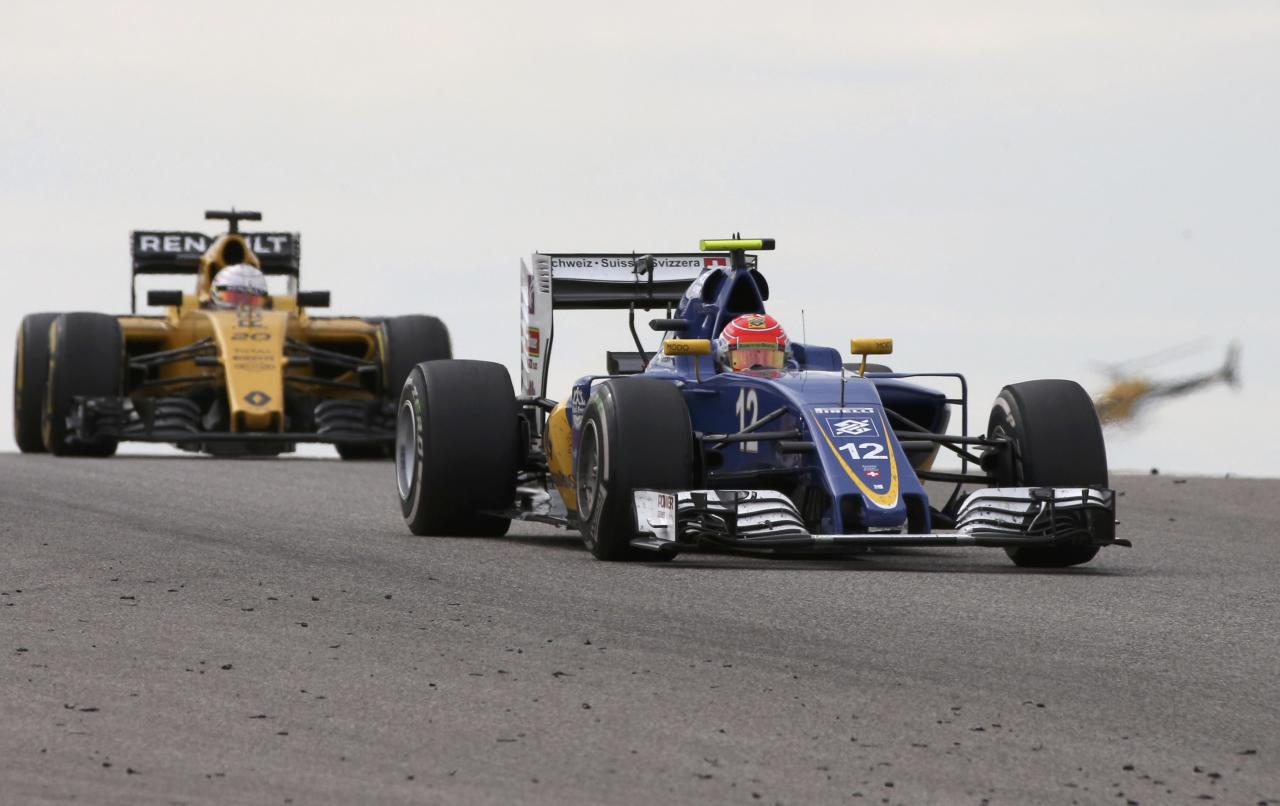 Formula One F1 - U.S. Grand Prix - Circuit of the Americas, Austin, Texas, U.S., 23/10/16. Sauber's Felipe Nasr of Brazil is followed by Renault's Kevin Magnussen of Denmark as they compete.   REUTERS/Adrees Latif