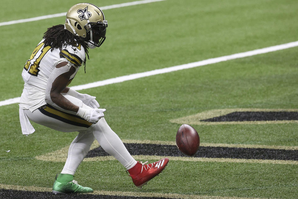 Alvin Kamara in one green and one red cleat.