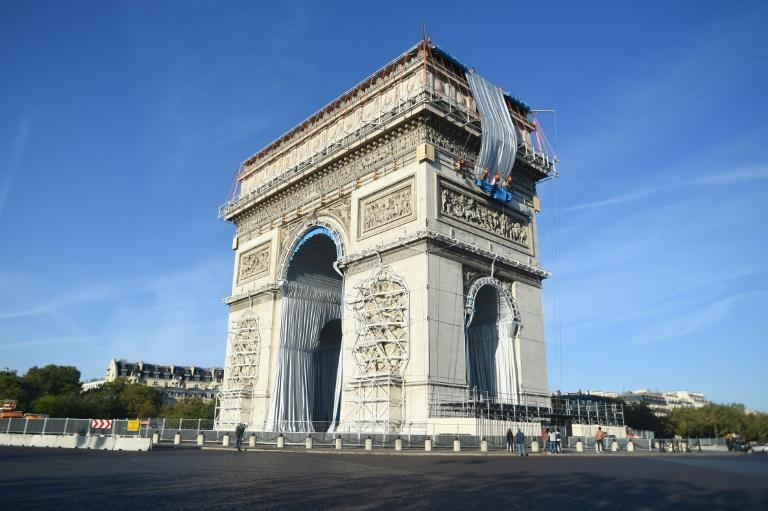Workers begin the week-long process of wrapping the monument in silver-blue fabric (AFP/Lucas BARIOULET)