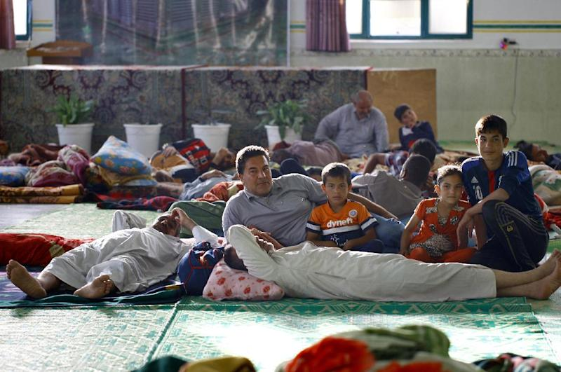 People resting at a shelter set-up for displaced Iraqis in the central Shiite Muslim shrine city of Najaf June 29, 2014 (AFP Photo/Haidar Hamdani)