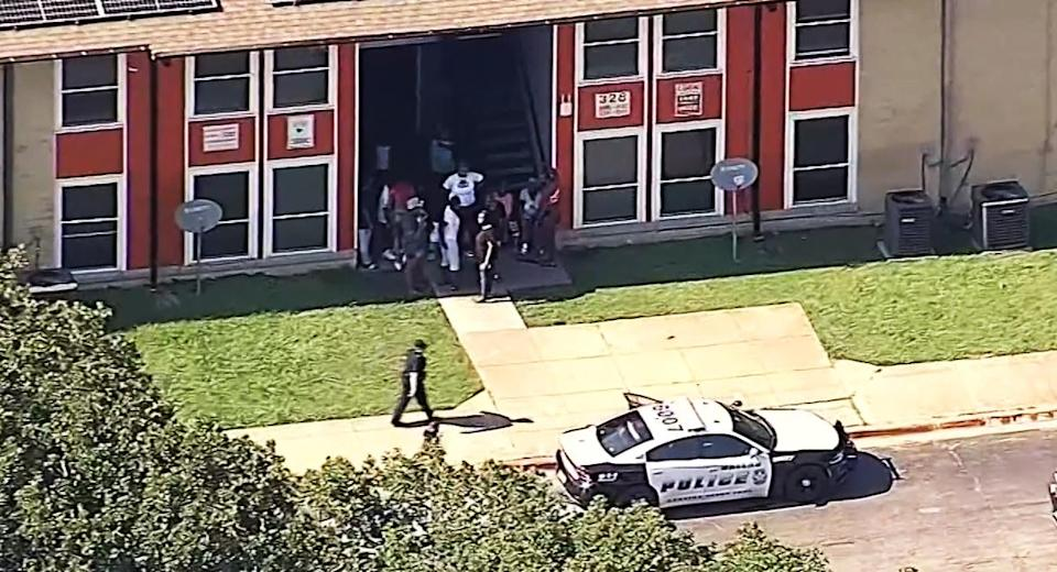 Image: Shooting at an apartment complex in Dallas (KXAS)