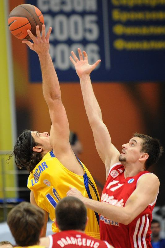 BC Khimki's Kresimir Loncar (L) vies with BC Spartak Saint-Petersburg's Valery Likhodey during an Eurocup semi-final basketball match between BC Khimki and BC Spartak Saint-Petersburg in Khimki, outside Moscow, on April 14, 2012. AFP PHOTO / KIRILL KUDRYAVTSEV