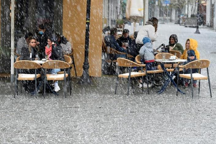 Snow was not enough to put Saarlanders off a session on a cafe terrace after a tentative reopening