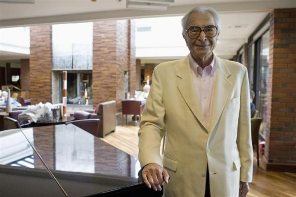 Dave Brubeck stands next to a piano in Monterey, California, September 22, 2007. A jazz giant for more than half a century, pianist Dave Brubeck has no intention of quietly passing his golden years at home relaxing with his wife, with whom he just celebrated his 65th anniversary. Picture taken September 22. 2007. REUTERS/Kimberly White (UNITED STATES)
