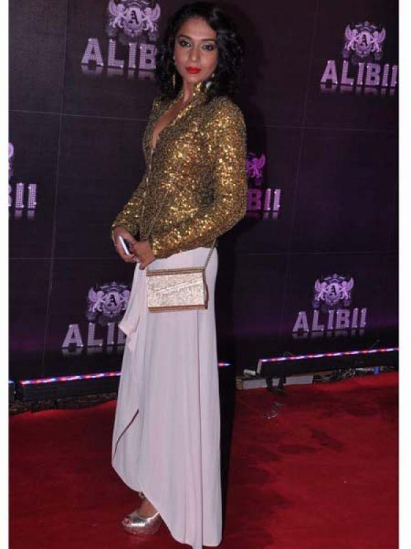 <p><strong>Shweta Salve</strong>: Dressed in gold sequin, the TV actress looked stunning. We don't approve of her silver footwear though.</p>