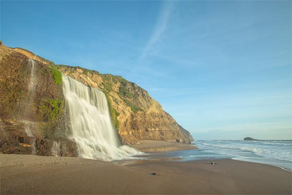 <p>Ubicada en el Condado de Marin, en California, está increíble cascada hace contacto con el mar llegando hasta la costa de Point Reyes National Seashore. Tiene una altura de 40 pies (12.1m). ¡Tienes que visitarla! <em>Foto:</em> <em>EddieHernandezPhotography/Getty Images</em> </p>
