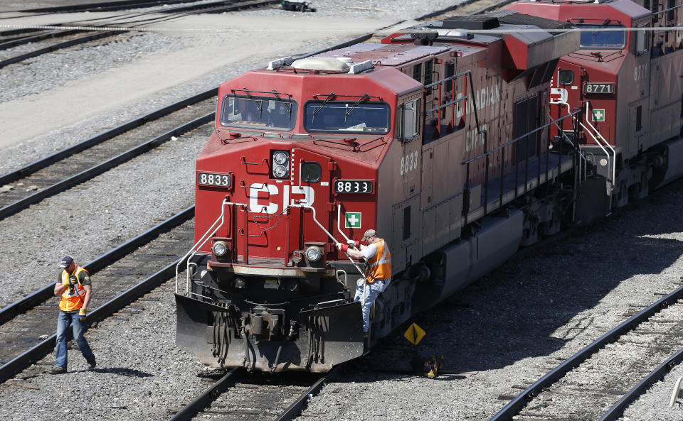 A Canadian Pacific Railway crew works on their train at the CP Rail yards in Calgary, Alberta, April 29, 2014. REUTERS/Todd Korol (CANADA - Tags: TRANSPORT BUSINESS)