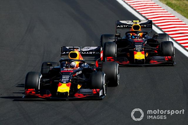 """Max Verstappen, Red Bull Racing RB15 supera Pierre Gasly, Red Bull Racing RB15 <span class=""""copyright"""">Sam Bloxham / LAT Images</span>"""