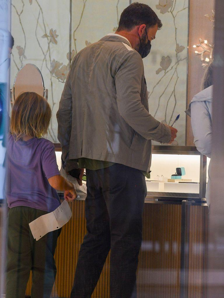 Ben Affleck was seen at Tiffany & Co. choosing the engagement ring to give Jennifer Lopez