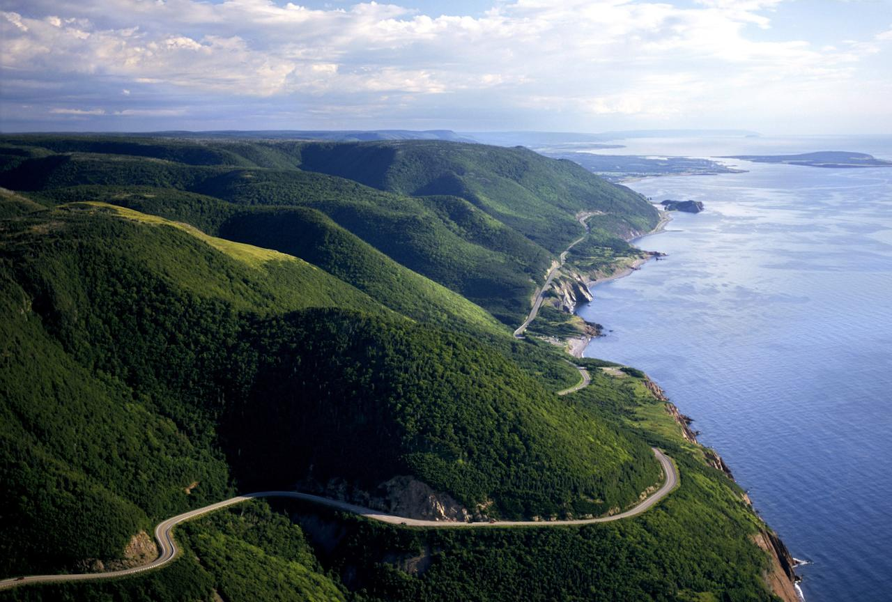 "Canada's <strong>Cabot Trail</strong> consists of a 186-mile highway that snakes through the natural beauty of Cape Breton Island in Nova Scotia.""/><figcaption>جاده کوکو تیل در کانادا <br><br></figcaption></figure>    <figure class="