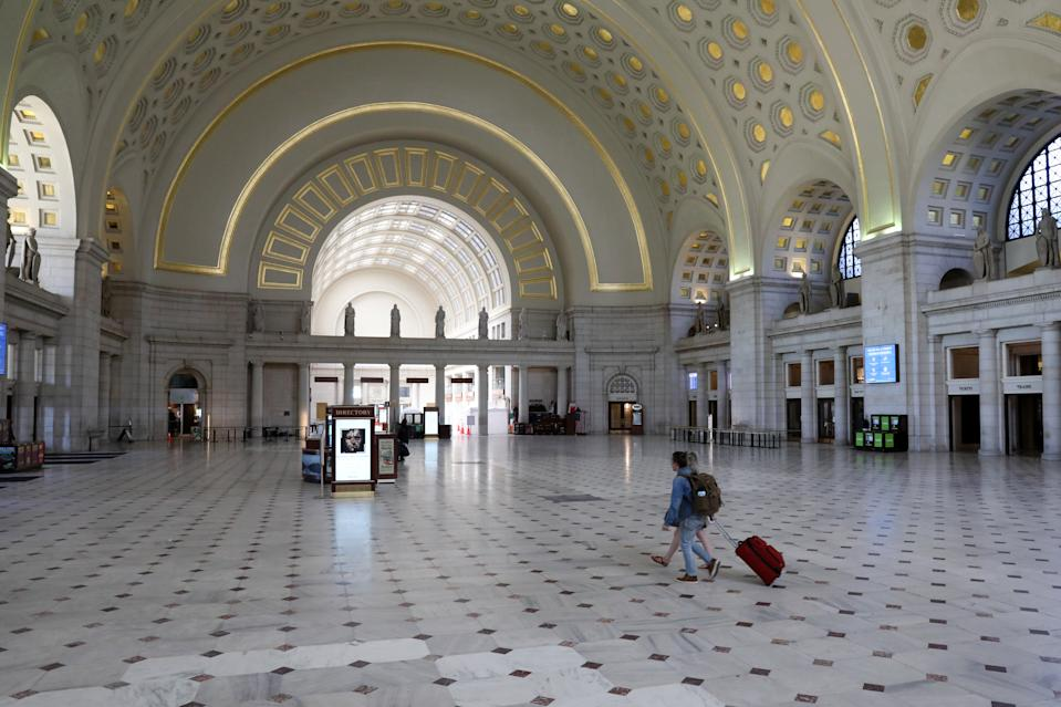The main hall at Union Station, usually a busy commuter and travel hub, is mostly empty during the coronavirus pandemic in Washington, U.S. April 3, 2020. (REUTERS/Jonathan Ernst)