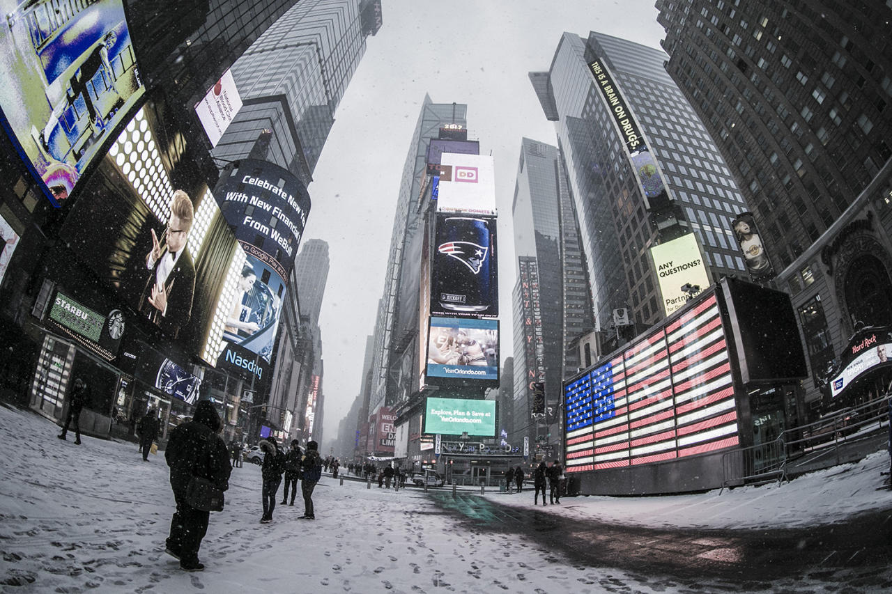 <p>Snow begins to fall in Times Square near W. 43rd Street and Broadway in New York City as a snow and a cold front moves through the area on Jan. 7, 2017. The Weather Service issued a winter weather advisory for New York City and the northern suburbs. Snow began falling from New York City and points east. (Gordon Donovan/Yahoo News) </p>