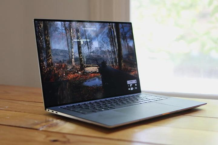 Dell XPS 15 con pantalla de un bosque para comparar Dell vs. HP