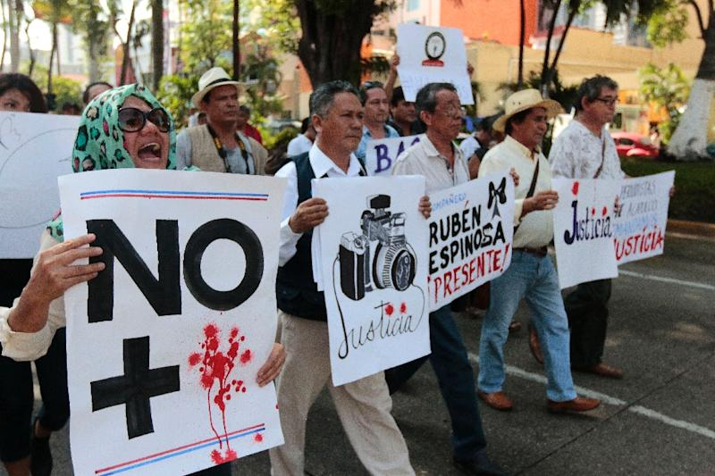 Mexican journalists take part in a demonstration protesting against the murder of photojournalist Ruben Espinosa, in Acapulco, Guerrero state, Mexico, on August 4, 2015 (AFP Photo/Pedro Pardo)