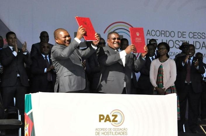 On August 1, President Filipe Nyusi, left, and Renamo leader Ossufo Momade signed a precursor pact to end military hostilities (AFP Photo/Stringer)