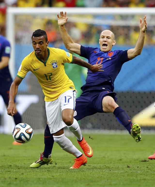 Brazil's Luiz Gustavo (L) and Arjen Robben of the Netherlands fight for the ball during their 2014 World Cup third-place playoff at the Brasilia national stadium in Brasilia July 12, 2014. REUTERS/Dominic Ebenbichler (BRAZIL - Tags: SOCCER SPORT WORLD CUP)