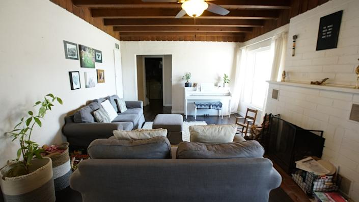 "Homeowner Sarah's living room before renovation, as seen on HGTV's ""Build Me Up."" <span class=""copyright"">(HGTV)</span>"