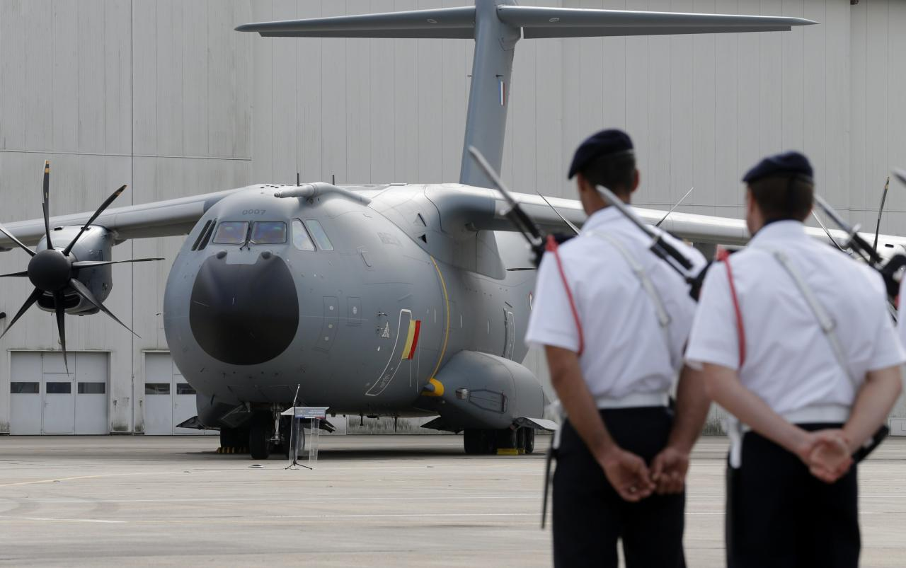 Soldiers stand in front of a new Airbus A400M military aircraft during its unveiling ceremony at Orleans air base, September 30, 2013. The troop carrier was conceived in the 1980s to meet a looming shortfall in military transport capacity among seven European NATO nations: Belgium, Britain, France, Germany, Luxembourg, Spain and Turkey. REUTERS/Christian Hartmann (FRANCE - Tags: TRANSPORT MILITARY)