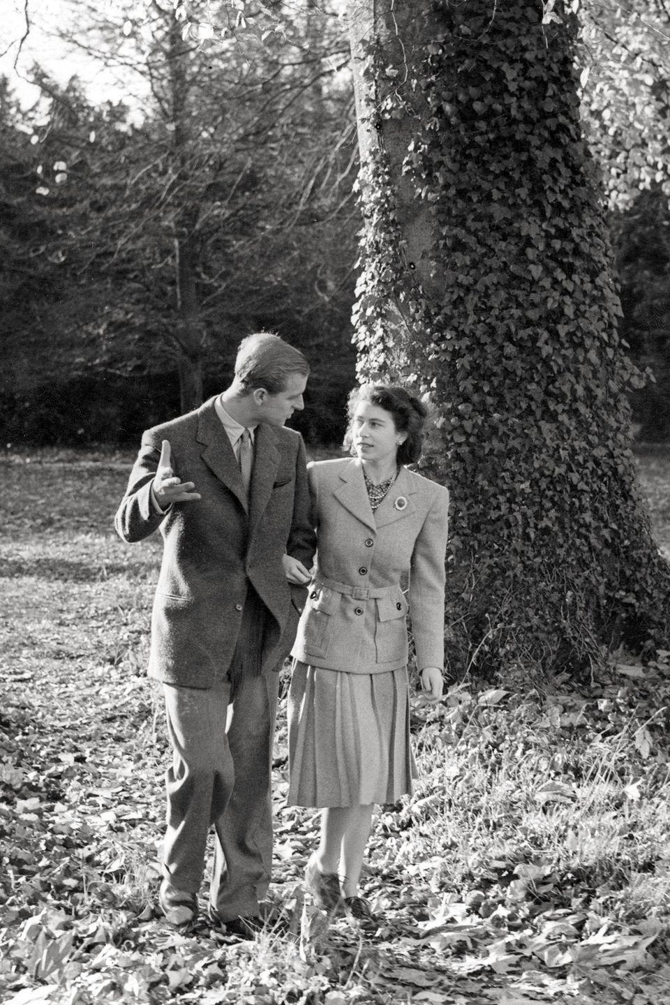<p>Princess Elizabeth and the Duke of Edinburgh walk the grounds of the Broadlands in New Hampshire during their first honeymoon in the fall of 1947. </p>