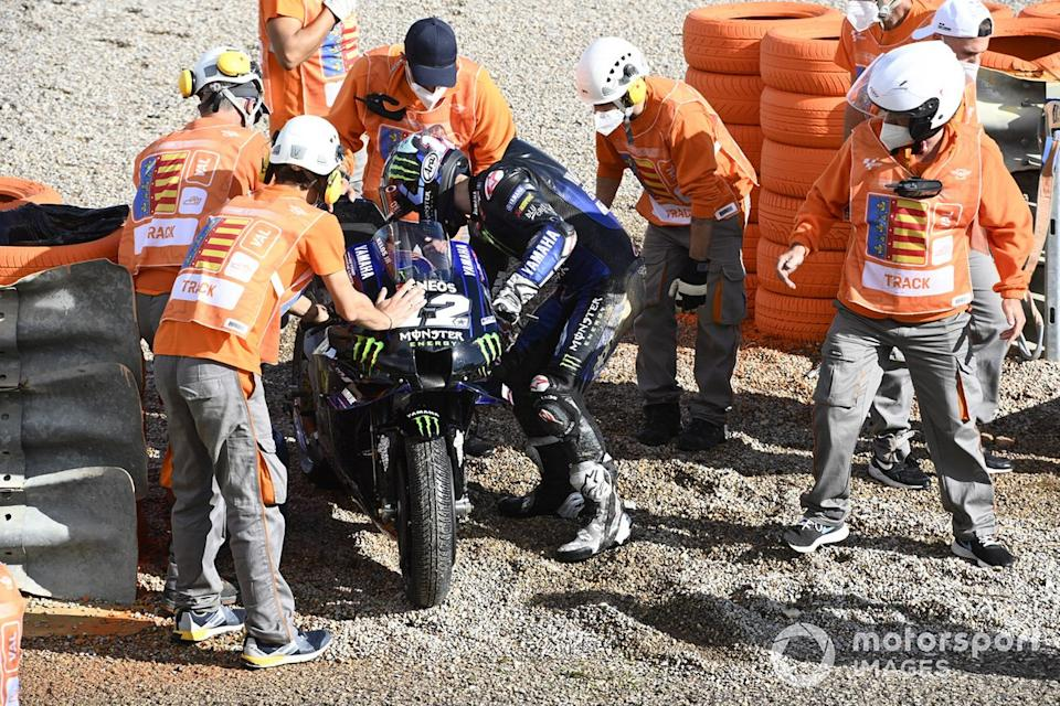 "Maverick Viñales, Yamaha Factory Racing después de la caída<span class=""copyright"">Gold and Goose / Motorsport Images</span>"