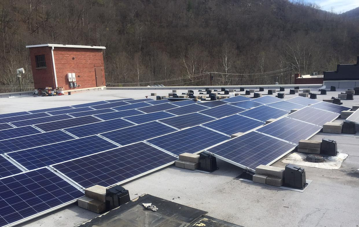 Solar-panel installation on the roof of the Kentucky Coal Mining Museum. (Photo: Courtesy of Tre Sexton/Bluegrass Solar)