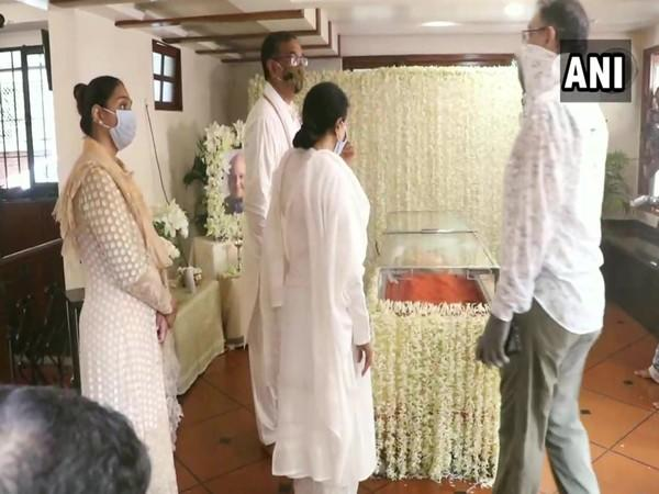 Family of legendary Indian classical vocalist Pandit Jasraj paid last respects to him at their residence in Mumbai city, earlier today (Photo/ANI)