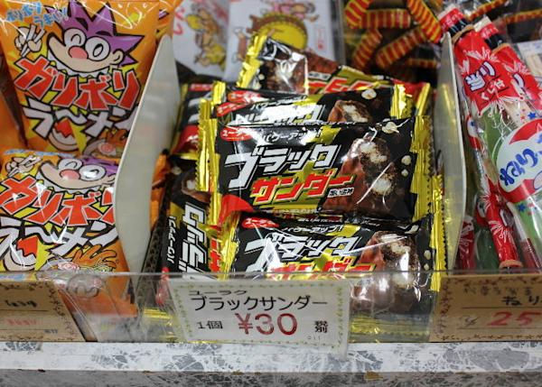 You'll be surprised by just how amazing Black Thunder tastes, even though its price is basically a third of other candy bars. (30 yen)