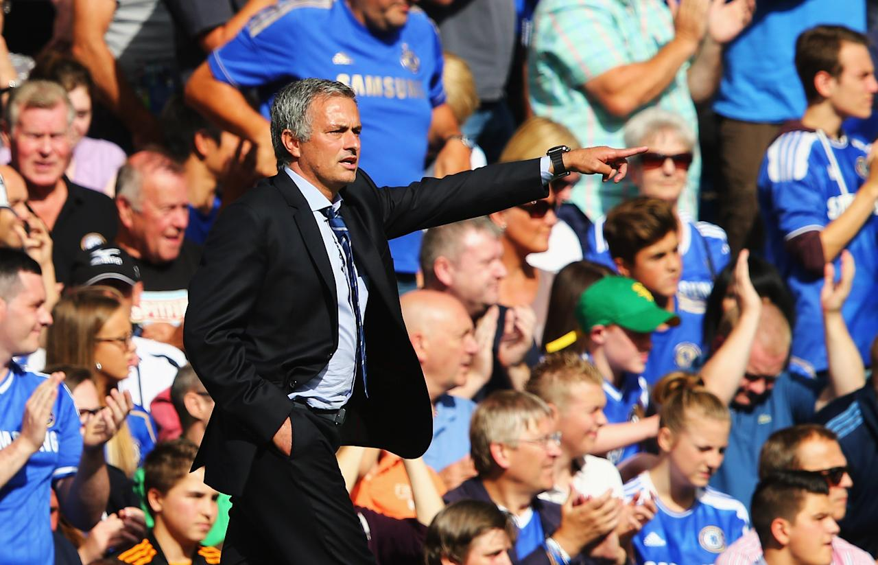 LONDON, ENGLAND - AUGUST 18: Chelsea manager Jose Mourinho gives instructions during the Barclays Premier League match between Chelsea and Hull City at Stamford Bridge on August 18, 2013 in London, England. (Photo by Clive Mason/Getty Images)