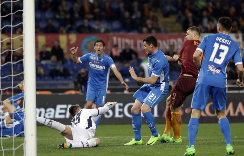Roma's Edin Dzeko, second from right, scores during a Serie A soccer match between Roma and Empoli, at the Rome Olympic stadium, Saturday, April 1, 2017. (AP Photo/Alessandra Tarantino)